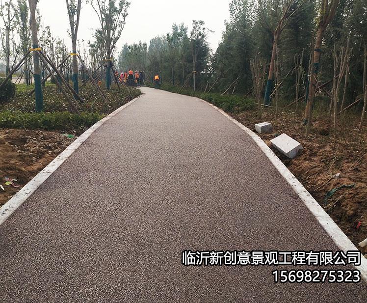 彩色透水混凝土路面采用分层施工
